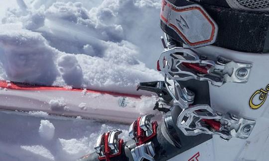 Die oberen Schnallen bei Skitourenschuhen sollte man einhängen, aber nicht schließen.