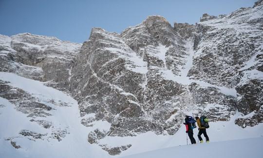 Aufstieg zum Wandfuß: David Lama und Peter Mühlburger auf Skiern.