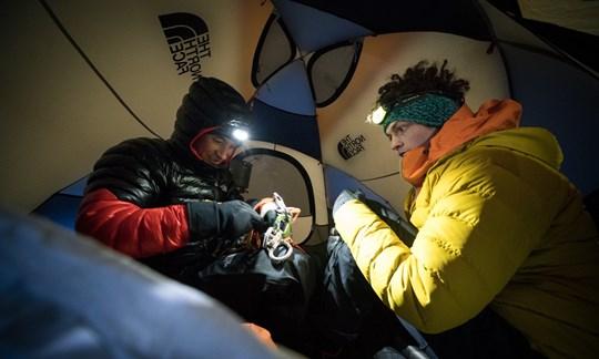 Im Zelt: Die Nacht vor der Erstbegehung am Fuße der Sagwand.