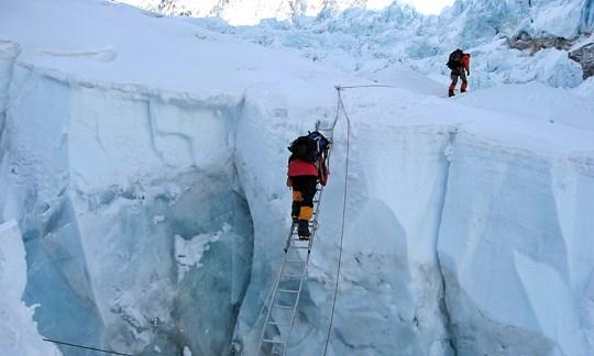 Mutiges Unterfangen: Überwindung einer Gletscherspalte im Khumbu-Eisfall.