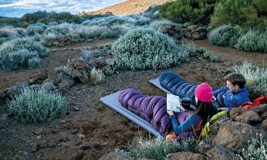 In einigen Ländern wird zwischen Biwakieren (ohne Zelt) und Campieren (mit Zelt) rechtlich unterschieden.