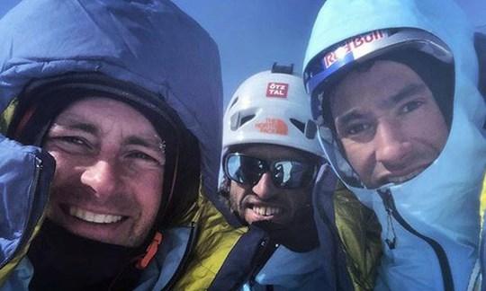 Letztes Gipfelbild: Das Foto zeigt Jess Roskelley, Hansjörg Auer und David Lama am 16. April auf dem Gipfel des Howse Peak; es wurde - nachdem man am 21. April die Leichen der drei Extrembergsteiger gefunden hatte - auf dem Smartphone des Amerikaners entdeckt.