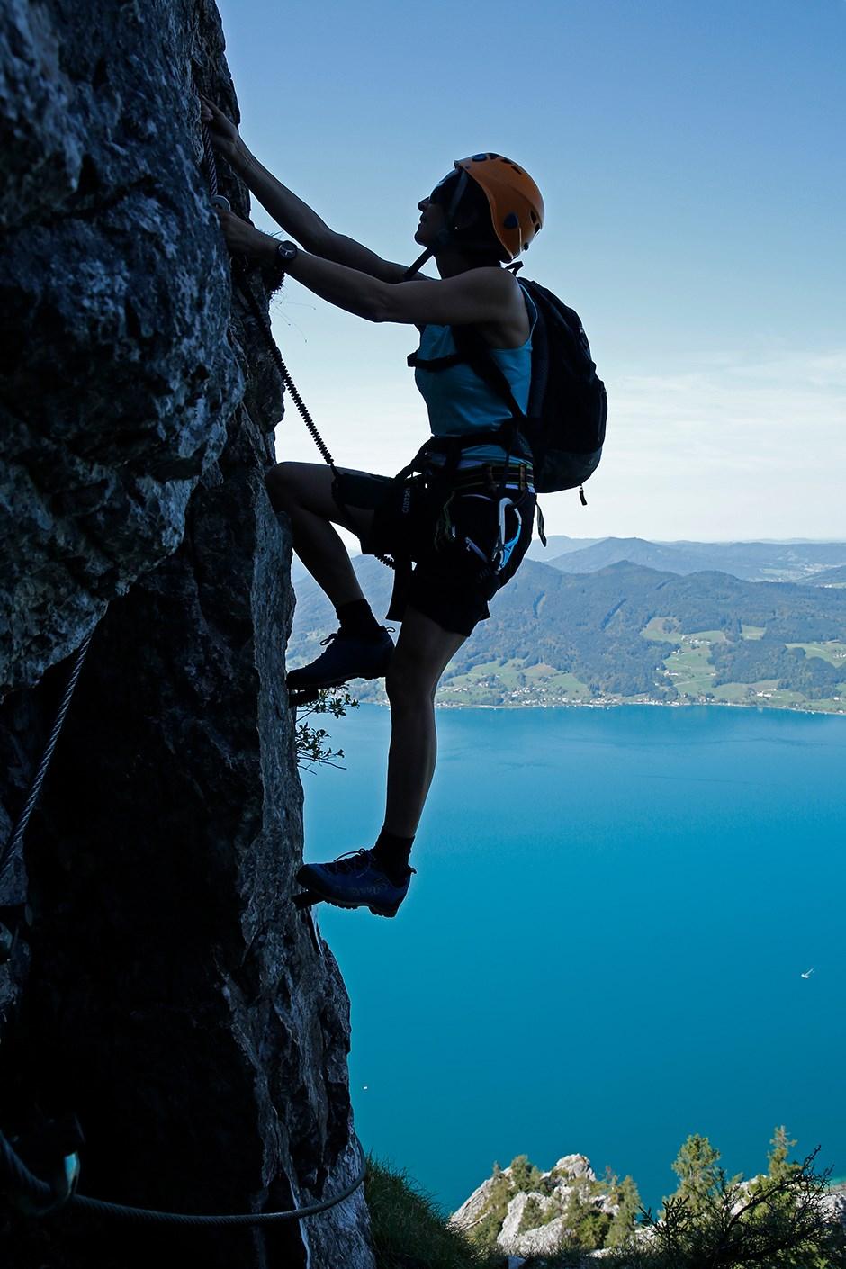 An Tagen wie diesen: Früh einsteigen lautet die Devise für den langen Attersee Klettersteig zum Mahdlgupf – dann klettert man an dem westseitigen Steig lange angenehm im Schatten.