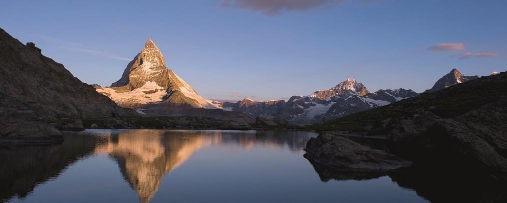 Kanton Wallis: Zermatt, Blick ueber den Riffelsee auf das Matterhorn