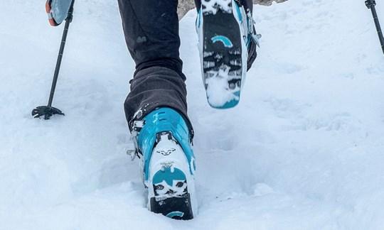 mit den Skischuhen Stufen treten