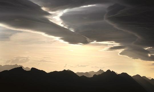Schön anzusehen, aber für den Bergsteiger nicht optimal: Altocumulus stratiformis duplicatus, lenticularis. Zweischichtige Föhnwolken, die auf ein intensives Wettergeschehen hindeuten.