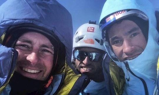 Das Foto zeigt Jess Roskelley, Hansjörg Auer und David Lama am 16. April auf dem Gipfel des Howse Peak. Es wurde noch vor dem Lawinenunglück aufgenommen.