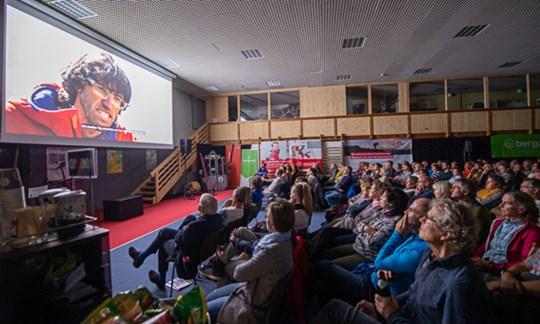 """Bewegte das Publikum: Hansjörg Auer in <a href=""""http://www.alpin.de/home/news/36091/www.alpin.de/home/news/21977/artikel_no_turning_back_gelungene_doku_ueber_hansjoerg_auer.html"""" target=""""_blank"""" rel=""""nofollow"""">""""No turning back""""</a>."""