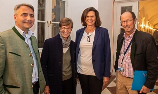 Beim Abschlussabend: Bürgermeiser Johannes Hagn, Lisa Pause, Landtagspräsidentin Ilse Aigner und Festival-Direktor Michael Pause (v.li.).