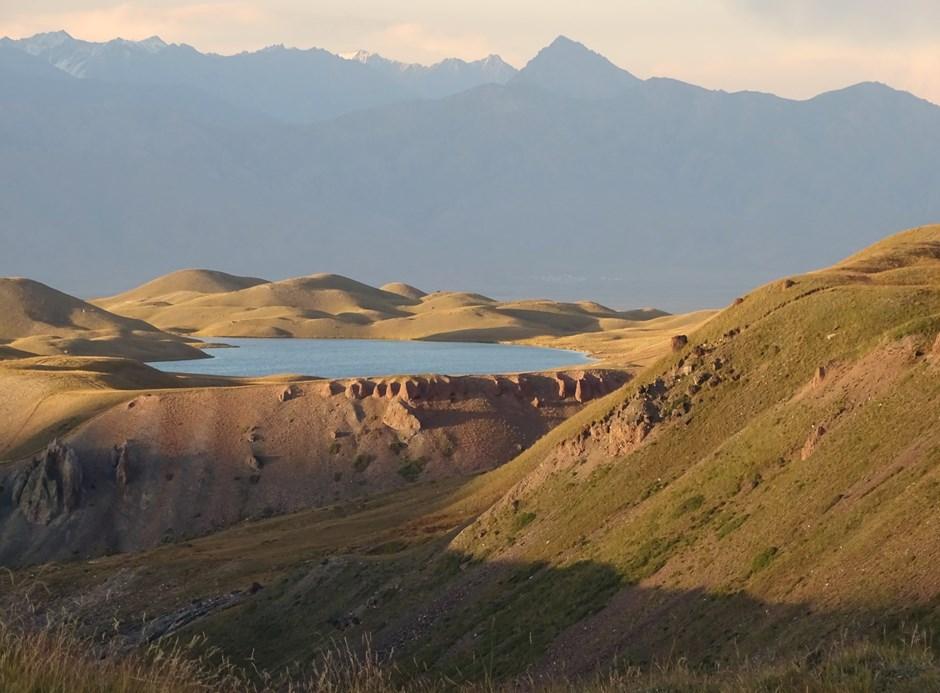 Kirgisischer Bergsee zwischen Tian Shan und Pamir