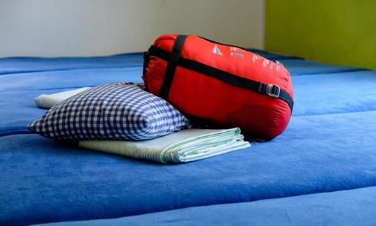 Muss von Übernachtungsgästen mitgebracht werden: Schlafsack (kein Hüttenschlafsack!), Kopfkissen und Bettlaken.