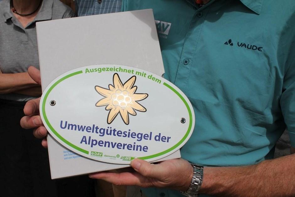 33,3% aller bewirtschafteten Alpenvereinshütten in Deutschland, Österreich und Südtirol wurden für ihren ressourcenschonenden Hüttenbetrieb ausgezeichnet. Von 1996 bis 2019 erhielten insgesamt 128 Berghütten das Umweltgütesiegel.
