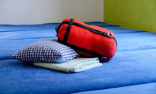Schlafsack und Kissen müssen Gäste selbst mitbringen, das Laken wird gestellt.