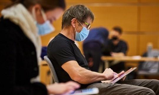 Mit Tablet, Abstand und Maske: ALPIN-Testchef Olaf Perwitzschky war in diesem Jahr Teil der Fachjury für das Segment Outdoor.