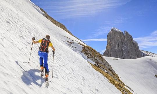 In steilem Gelände braucht es auf Skitour eine saubere Spitzkehrentechnik