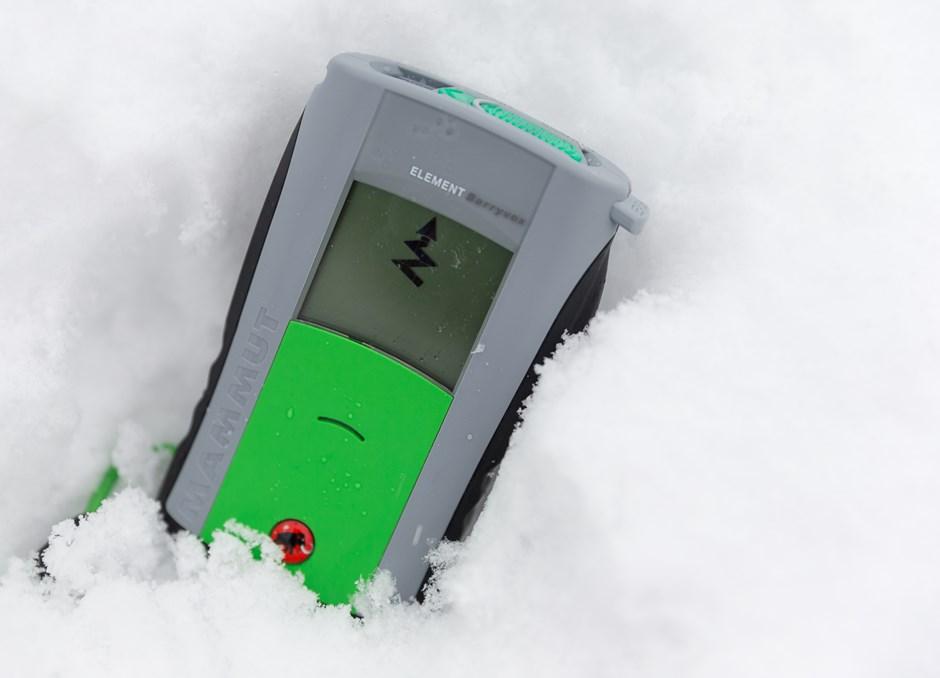 Bei einem Aufenthalt in Utah kommt der amerikanische Elektroingenieur John G. Lawton mit Lawinenforschern ins Gespräch. Das lässt ihn nicht los: 1968 meldet er das erste <strong>Lawinen-Verschütteten-Suchgerät</strong> zum Patent an. Es heißt SKADI (nach der germanischen Göttin der Jagd, des Schnees, des Eises und des Skilaufs), sendet und empfängt auf der Frequenz von 2,275 Kilohertz mit einer Reichweite von 25 Metern. Das erste Barryvox kommt 1974 auf den Markt, es hat 80 Meter Reichweite.