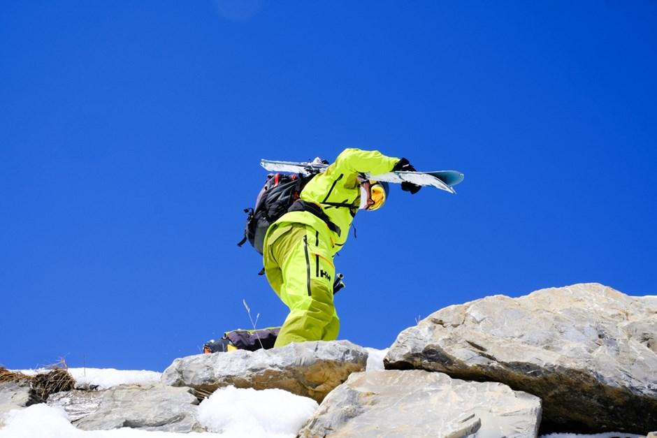 Wer seine Ski liebt, der trägt sie auch mal über Stock und Stein.