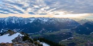 Ein Toter und mehrere Verletzte bei Bergunfällen im Alpenraum.